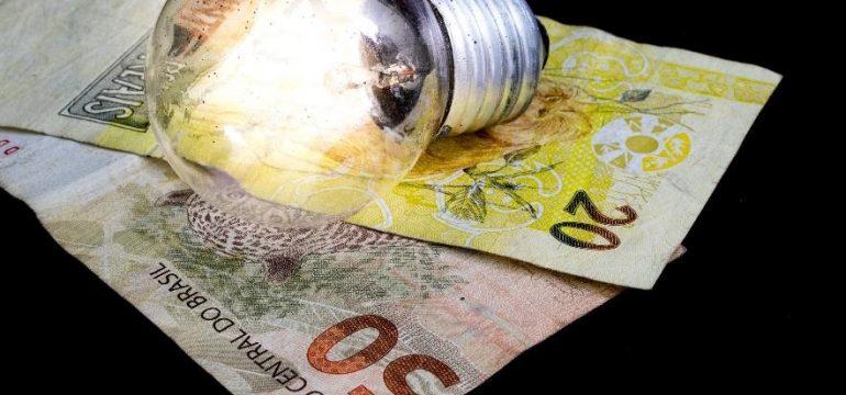 A Aneel propõe aumento de 21% na bandeira tarifária da conta de energia